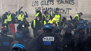 """Un tag """"les gilets jaunes triompheront"""" a été inscrit sur le monument de l'Arc de triomphe. (GEOFFROY VAN DER HASSELT / AFP)"""
