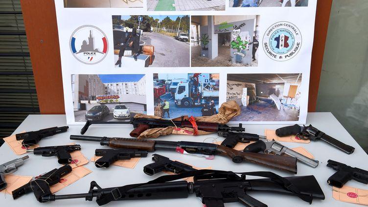 Des armes saisies chez destrafiquants de drogue à Marseille, en février 2021 (illustration). (NICOLAS TUCAT / AFP)