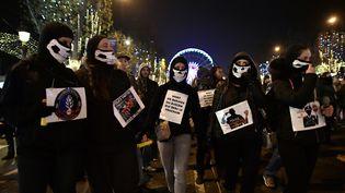 Manifestation de policiers sur les Champs-Elysées à Paris, le 24 novembre 2016.      (PHILIPPE LOPEZ / AFP)