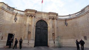 Des gendarmes stationnent devant l'Hôtel de Matignon, le 21 novembre 2011. (AFP)