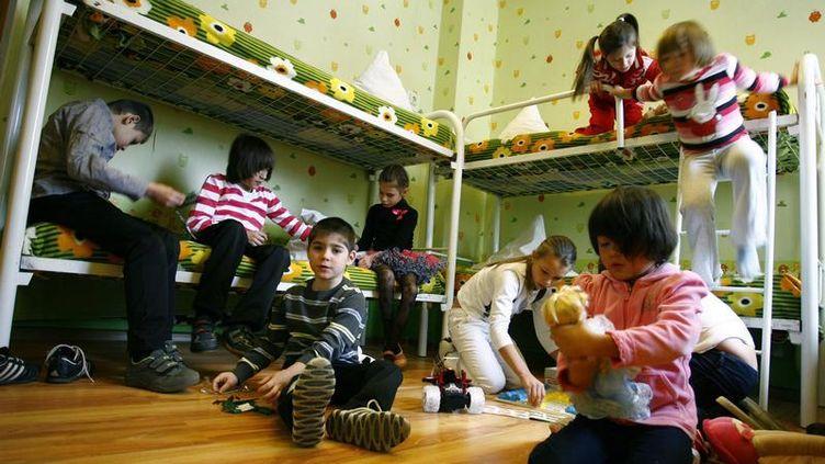Des orphelins russes jouent dans une chambre d'orphelinat à Rostov-sur-le-Don (Russie), en décembre 2012. (REUTERS)