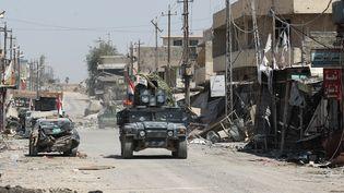 Les forces irakiennes patrouillent dans la périphérie de Mossoul (Irak), le 17 juin 2017. (AHMAD AL-RUBAYE / AFP)