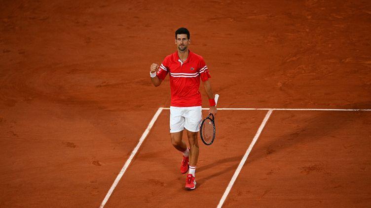 Novak Djokovic s'est qualifié ce mercredi en demi-finales de Roland-Garros. (CHRISTOPHE ARCHAMBAULT / AFP)