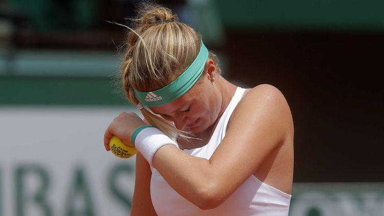 Kristina Mladenovic se frotte les yeux lors de son quart de finale face à Timea Bacsinczky. (MICHEL EULER/AP/SIPA / AP)