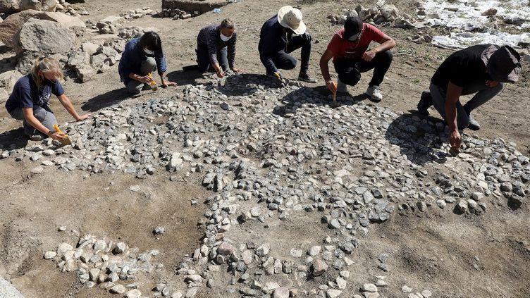 """Des archéologues découvrent l'""""ancêtre"""" des mosaïques méditérranéennes près du village deBuyuk Taslik, dans la province deYozgat, en Turquie, le 21 septembre 2021. (ADEM ALTAN / AFP)"""