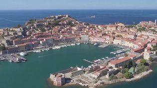 La réouverture des frontières avec l'Italie va permettre à certains de partir sur les traces de Napoléon sur l'île d'Elbe, en face de la Toscane. Des paysages de carte postale et un concentré d'histoire. (FRANCE 3)