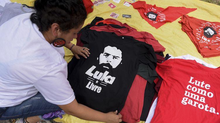 Une partisane de Lula prépare un T-shirt à l'effigie de l'ancien président, à Curitiba (Brésil), vendredi 8 novembre 2019. (HENRY MILLEO / AFP)