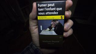 """A partir du 1er janvier, l'ensemble des paquets de cigarettes et de tabac seront""""neutres"""" et sans logo. (MARTIN BERTRAND / HANS LUCAS / AFP)"""