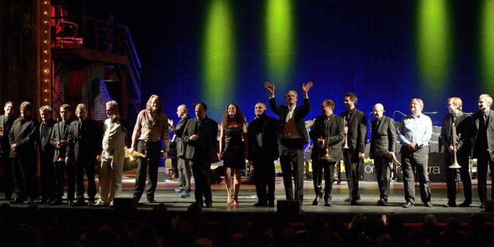Salut final au concert de l'Académie du Jazz, avec le Duke Orchestra, Sanseverino (tout en blanc), le saxophoniste Stéphane Guillaume (à sa gauche), Laurent Mignard (qui lève les bras)...  (Philippe Marchin / Académie du Jazz)