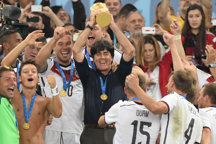 Joachim Löw soulève la Coupe du monde aux côtés de ses joueurs, le 13 juillet 2014 à Rio de Janeiro (FRANK HOERMANN/SVEN SIMON / SVEN SIMON)