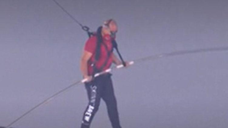 Mercredi 4 mars, l'acrobate américain Nik Wallenda a parcouru les 550 mètres qui séparent un bout du cratère d'un volcan actif du Nicaragua à son autre extrémité. (FRANCEINFO)