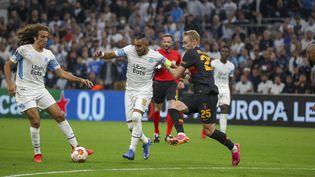 Matteo Guendouzi et Dimitri Payet tentent de se défaire du marquage turc lors d'OM-Galatasaray, le 30 septembre 2021. (SPEICH / MAXPPP)