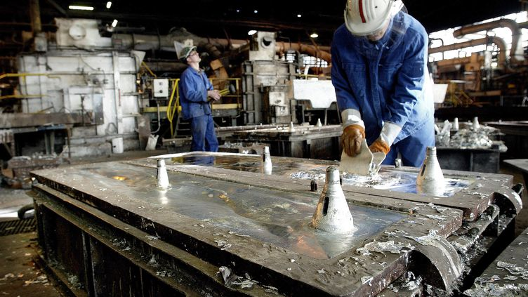 Des ouvriers travaillent dans une usine de zinc Metaleurop Nord à Noyelles-Godault (Pas-de-Calais). (PHILIPPE HUGUEN / AFP)