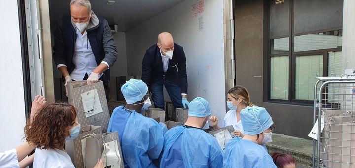 Le personnel du Georges V livre les repas aux médecins et infirmiers de l'hôpital Robert Debré, dans le 19ème arrondissement de Paris. (RADIO FRANCE / BORIS LOUMAGNE)