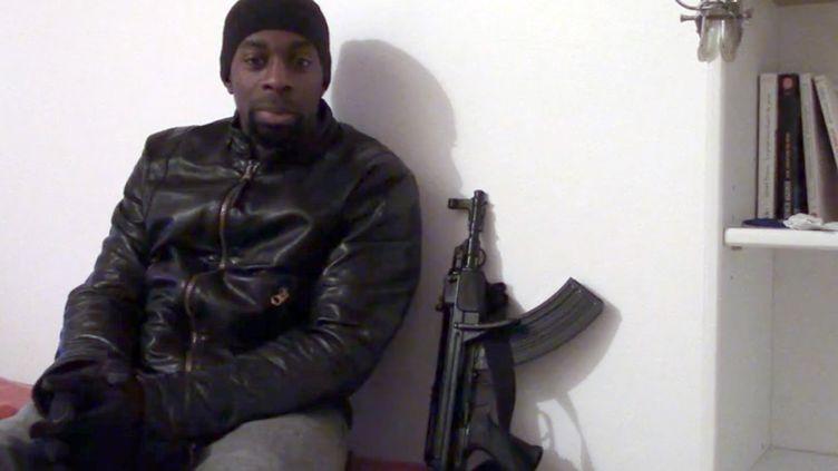 Amedy Coulibaly, l'un des auteurs des attentats de janvier 2015, pose avec l'une de ses armes. (AFP)
