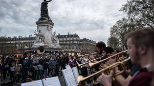 Les musiciens de l'Orchestre debout répètent avant leur concert, le 20 avril, place de la République, à Paris. (PHILIPPE LOPEZ / AFP)