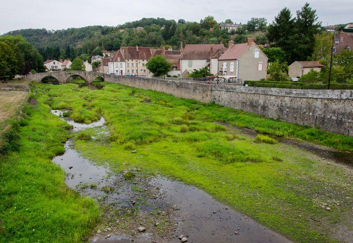 Le lit de la rivière Voueize, le 27 août 2019 à Chambon-sur-Voueize (Creuse). (THOMAS BAIETTO / FRANCEINFO)