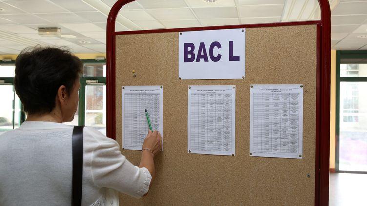 Les résultats du baccalauréat sont affichés au lycée Gabriel-Fauré d'Annecy (Haute-Savoie), le 5 juillet 2017. (MAXPPP)