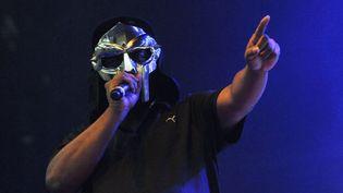 Le rappeur MF Doom, de son vrai nom Daniel Dumile, sur scèneà l'Alexandra Palace de Londres (Angleterre), le 23 juillet 2011. (JIM DYSON / REDFERNS / GETTY IMAGES)