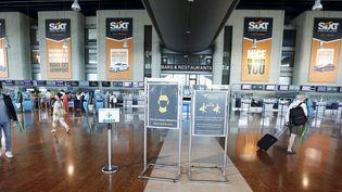 Des voyageurs à l'aéroport de Nice, le 8 juillet 2020. (MAXPPP)