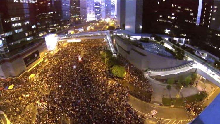 Capture d'écran de la mobilisation dans les rues de Hong Kong filmée par un drone, le 28 septembre. (NERO CHAN/STORYFUL/YOUTUBE)