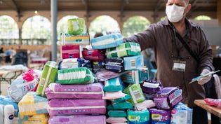 Collecte de dons de produits hygiéniques pour les sans abris organisée par le centre d'action social de la Ville de Paris, le 14 avril 2020. (VIRGINIE MERLE / HANS LUCAS / AFP)