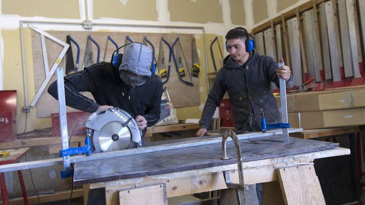 Des apprentis se forment au métier du bâtiment, le 4 févrierà Méjannes-lès-Alès, dans le Gard (illustration). (GUILLAUME BONNEFONT / MAXPPP)