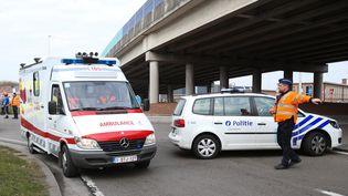 Des secouristes et des policiersà l'aéroport Zaventem, à Bruxelles, le 22 mars 2016. (VIRGINIE LEFOUR / BELGA MAG)