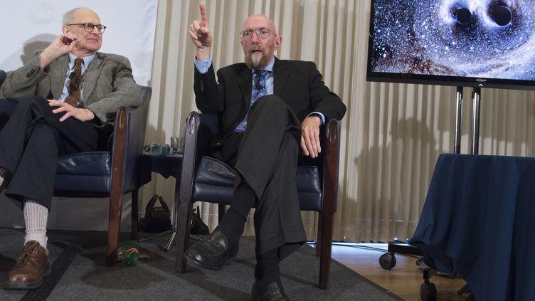Kip Thorne et Rainer Weiss, deux des physiciens primés par le Nobel, à Washington (Etats-Unis), le 11 février 2016. (SAUL LOEB / AFP)