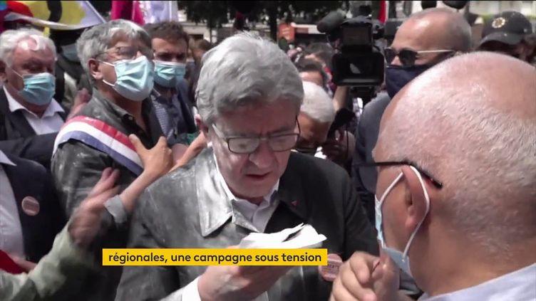 Jean-Luc Mélenchon enfariné (FRANCEINFO)