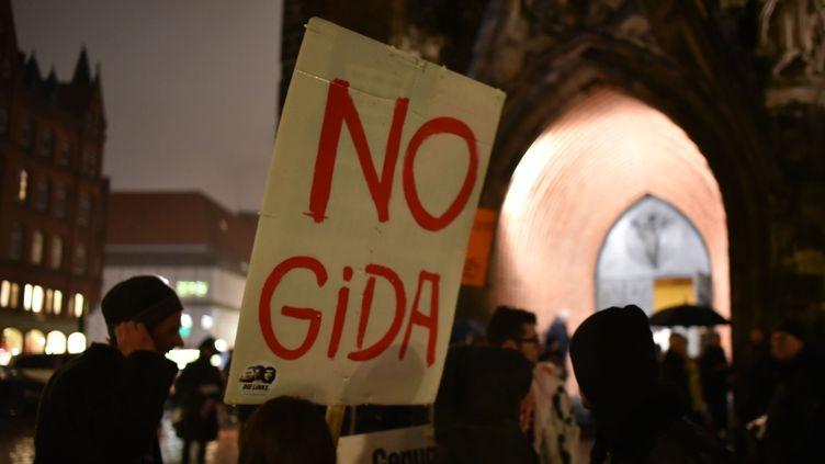 """Des opposants à Hagida (mouvement proche de Pegida, à Hanovre), brandissent une pancarte """"nogida"""", lors d'une contre-manifestation, à Hanovre (Allemagne), le 26 janvier 2015. (JOCHEN LÜBKE / DPA / AFP)"""