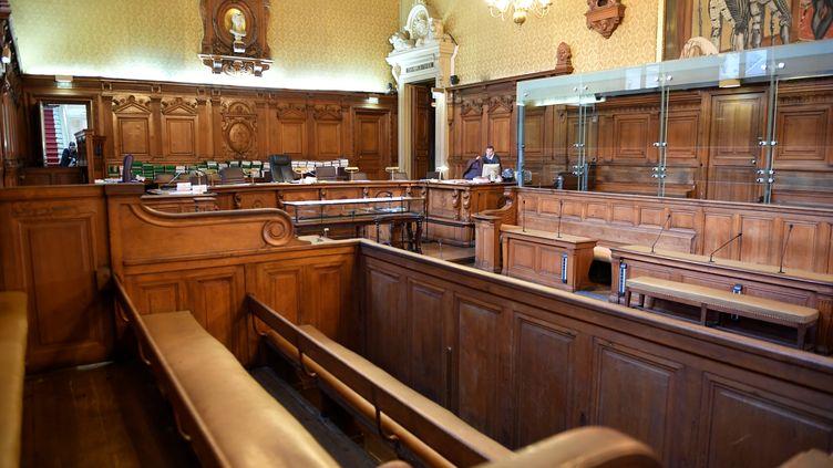 Lasalle d'audience du palais de justice de Paris, en octobre 2017, avant l'ouverture du procès d'Abdelkader Merah, le frère du tueur de Toulouse et de Montauban en 2012. (ERIC FEFERBERG / AFP)