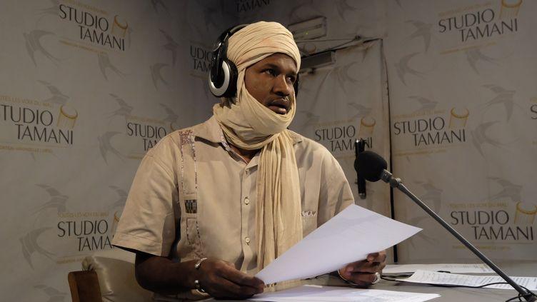 Un journaliste dans le studio de Studio Tamani. (NATHANAEL CHARBONNIER / RADIO FRANCE)