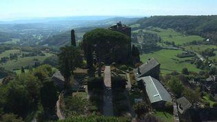 Corrèze : les touristes profitent du soleil d'octobre à Turenne (FRANCE 3)