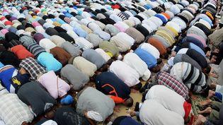 Des musulmans priant à Toulouse (Haute-Garonne) au premier jour du ramadan, le 20 juillet 2012 (REMY GABALDA / AFP)