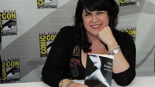 """La romancière E.L. James, au Comic Con de San Diego (Californie), le 12 juillet 2012 avec le premier tome de sa trilogie à succès """"Fifty Shades of Grey"""". (DENIS POROY / AP / SIPA)"""