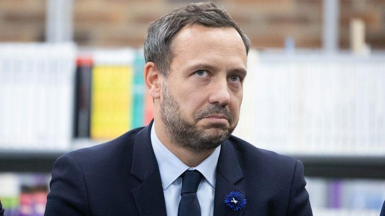 Le secrétaire d'Etat à la Protection de l'enfance, Adrien Taquet, lors d'une visite au collège Chaptal, à Paris, le 7 novembre 2019, pour la journée nationale contre le harcèlement scolaire. (MAXPPP)
