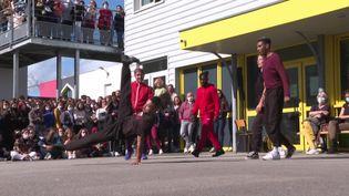 """Les danseurs de la compagnie """"Dans6t"""" font une représentation dans une cours de récréation à Vannes. (France 3 Bretagne)"""