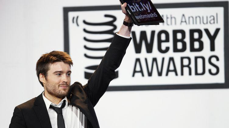 Le fondateur du site Mashable, Pete Cashmore, reçoit le prix du meilleur blog catégorie Business aux Webby Awards, le 14 juin 2010. (LUCAS JACKSON / REUTERS)