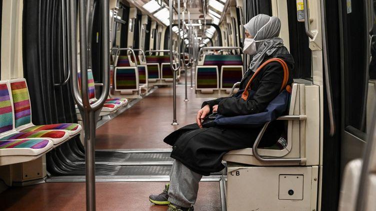 Une passagère dans la ligne 1 du métro à Paris, le 4 mai 2020. (BERTRAND GUAY / AFP)