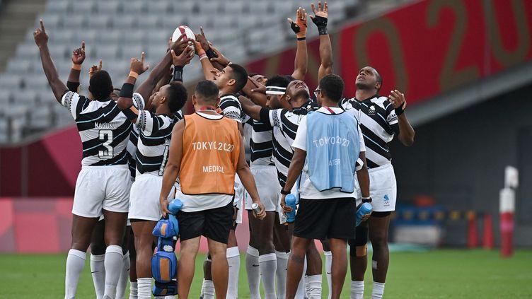 La traditionnelle prière des joueurs fidjiens de rugby à VII. (BEN STANSALL / AFP)