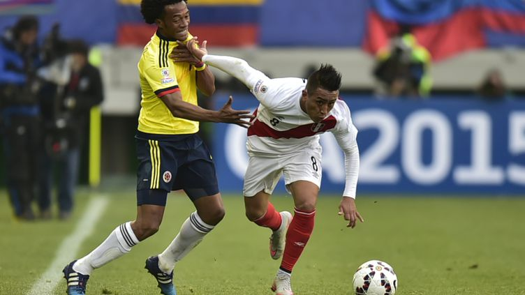 Christian Cueva (Pérou) prend le meilleur sur Carlos Sanchez (Colombie) (RODRIGO BUENDIA / AFP)