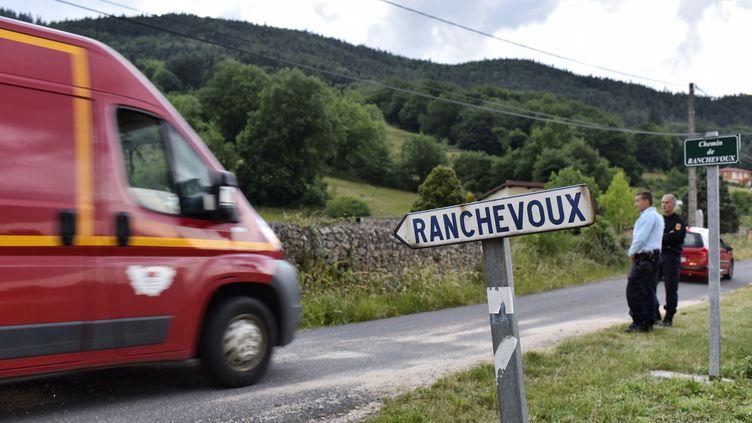 Trois adolescents sont morts dans l'explosion d'une maison abandonnée de Bas-en-Basset (Haute-Loire), le 13 juin 2015. (ROMAIN LAFABREGUE / AFP)