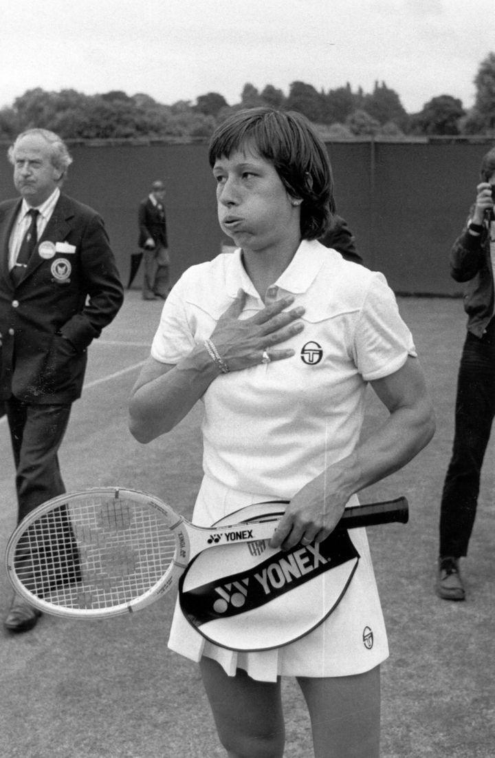 La tenniswoman américaine Martina Navratilova après sa victoire au tournoi de Wimbledon, à Londres (Royaume-Uni) en 1980. (CENTRAL PRESS / GETTY IMAGES)