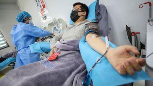 Un patient guéri du coronavirus donne son plasma à Wuhan (Chine), le 18 février 2020. (STR / AFP)