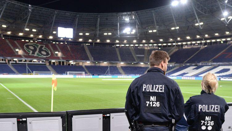 Un hommage aux victimes des attentats de Paris était prévu avant le début de la rencontre Allemagne - Pays-Bas (JULIAN STRATENSCHULTE / DPA)