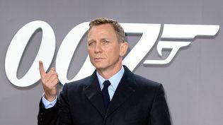 """L'acteur Daniel Craig arrive à une avant-première du James Bond """"Spectre"""", le 28 octobre 2015, à Berlin (Allemagne). (BRITTA PEDERSEN / DPA / AFP)"""