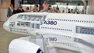 L'Airbus A380 (l'avion à double pont) a quelques difficultés à se vendre. (REMY GABALDA / AFP)