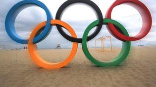 Les anneaux olympiques de la célèbre plage de Copacabana à Rio, au Brésil, le 21 juillet 2016. (JOAQUIM PEREIRA II / AFP)