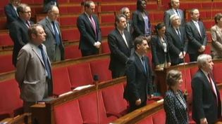 Capture d'écran des députés à l'Assemblée nationale jeudi 6 juin 2013, qui rendent hommage à Clément Méric. (LCP / FRANCETV INFO )